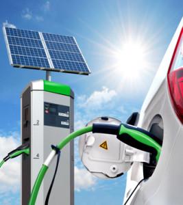 Elektroauto an Solartankstelle mit Solarpanel